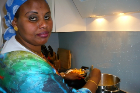 Farhiya beim Frittieren des Gemüses