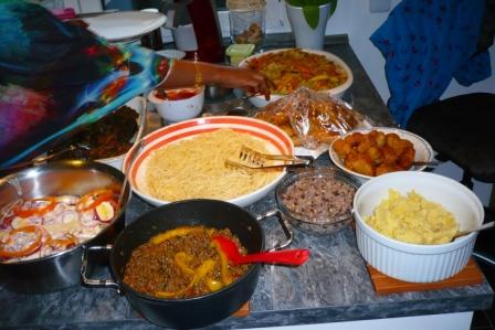 Asyia und Farhiya haben das Essen auf unserer Küchentheke aufgebaut, ein farbenprächtiger Anblick und der machte uns Appetit.